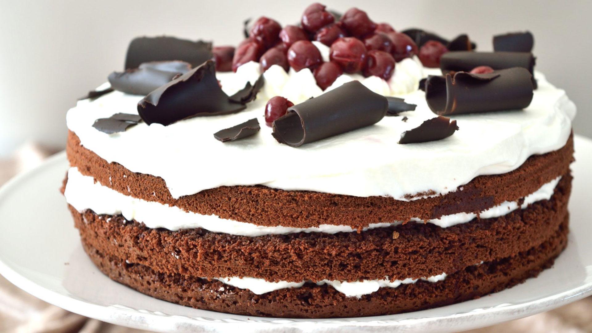 Αφράτη τούρτα black forest, ένα κομμάτι δεν φτάνει!