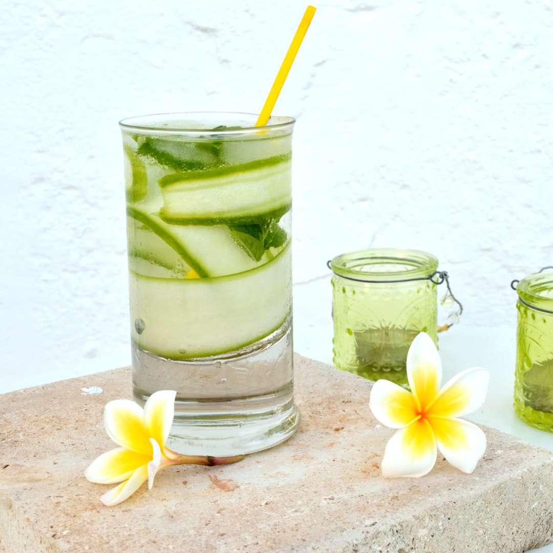Gin & tonic με αγγούρι και λουίζα
