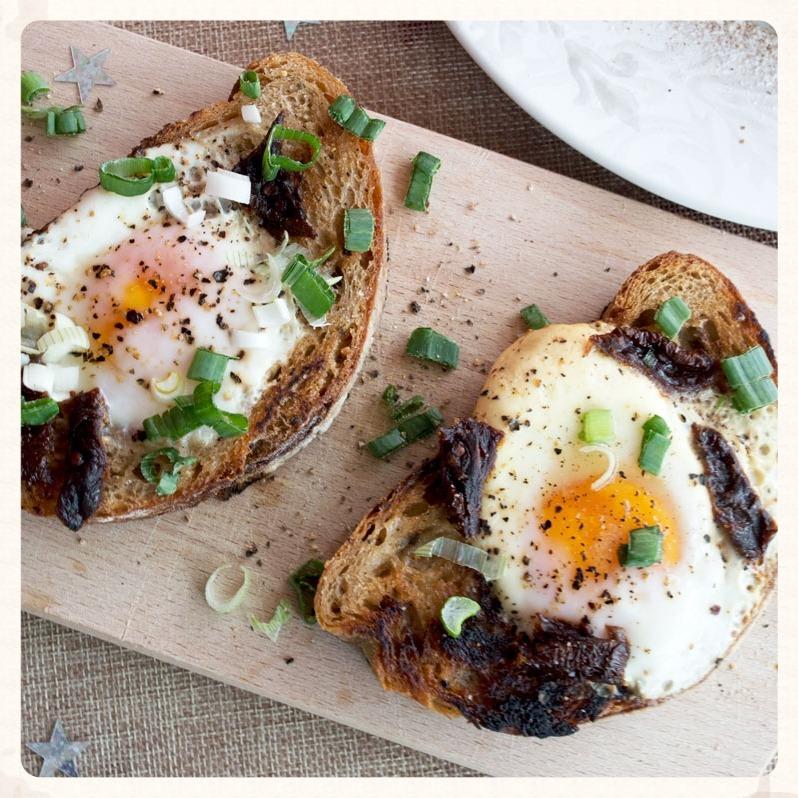 Σκορδάτο ψωμί με αυγό και λιαστή ντομάτα