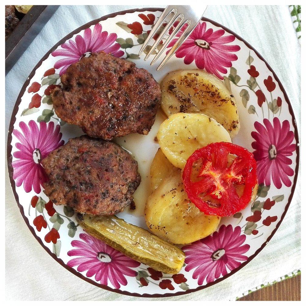 Μαλακά μπιφτέκια με πατάτες στον φούρνο