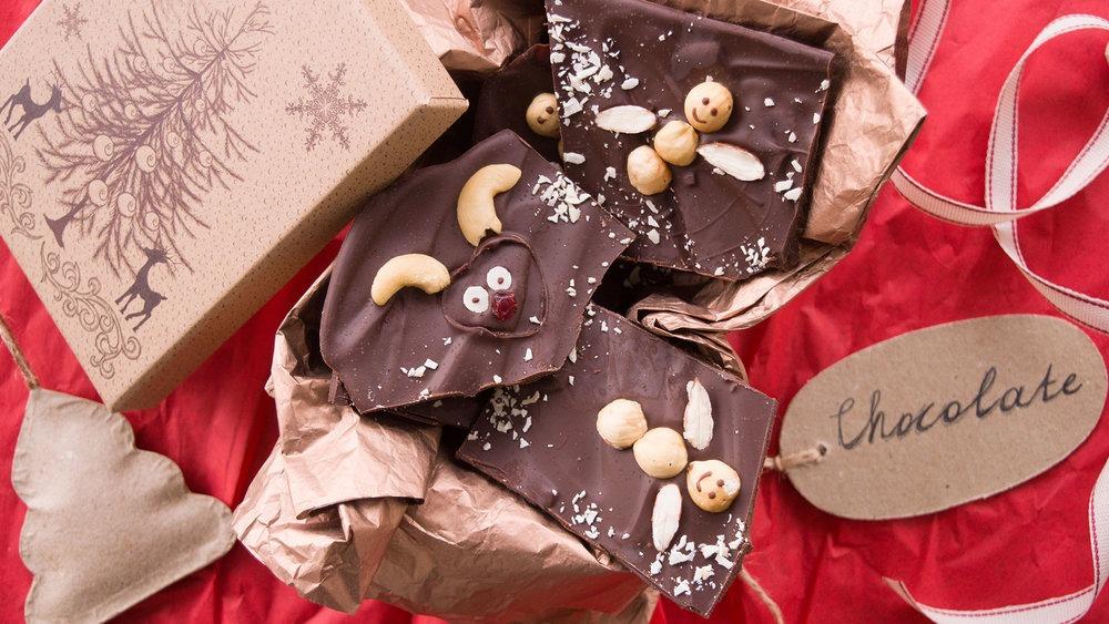 Χριστουγεννιάτικες σοκολάτες με φιγούρες από ξηρούς καρπούς