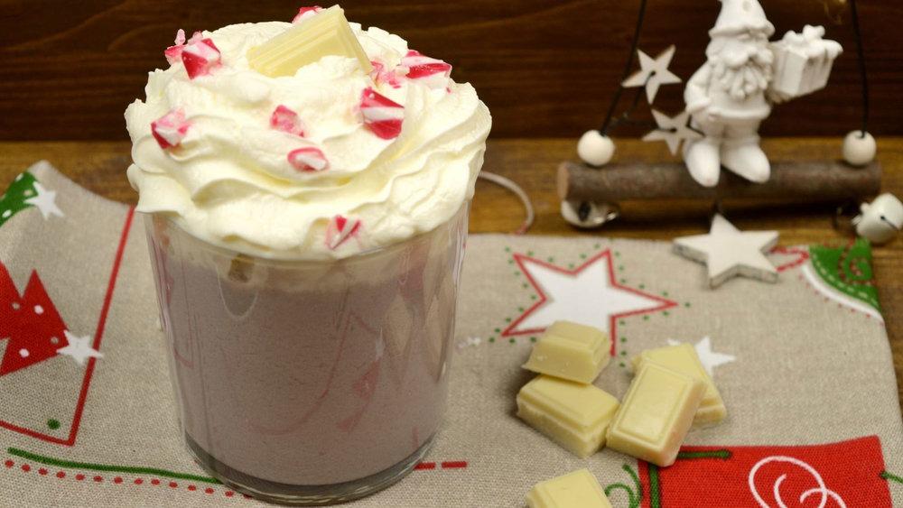 Ζεστή λευκή σοκολάτα με ρόδι
