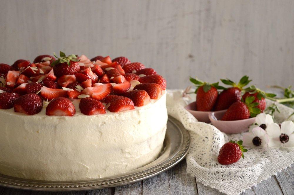 Ανοιξιάτικη τούρτα φράουλα