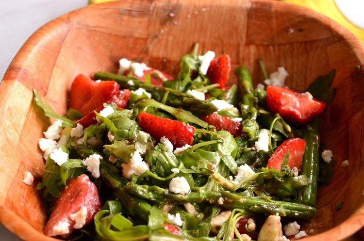 σαλάτα με σπαράγγια και φράουλες