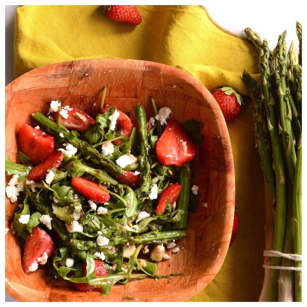 Σαλάτα με σπαράγγια φράουλες και φέτα