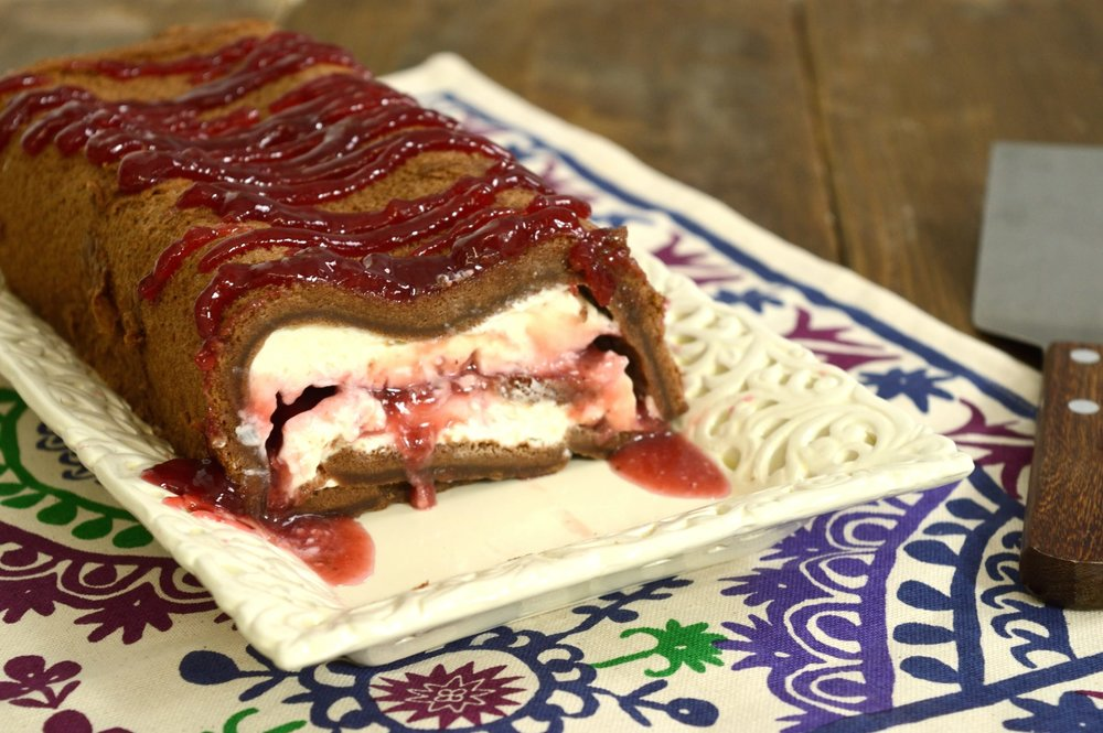 Σοκολατένιος κορμός με κρέμα τυρί και μαρμελάδα φράουλας