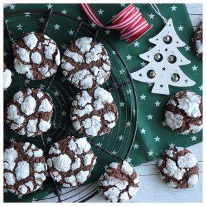 Χιονισμένα ραγισμένα μπισκότα σοκολάτας
