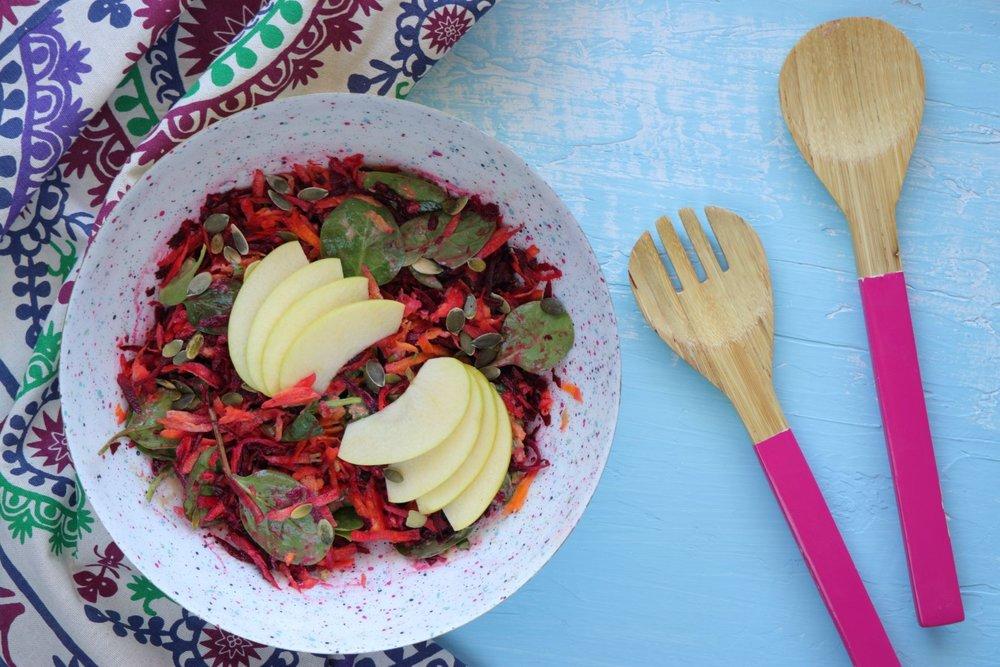Σαλάτα με καρότο, παντζάρι, μήλο και σάλτσα με ταχίνι