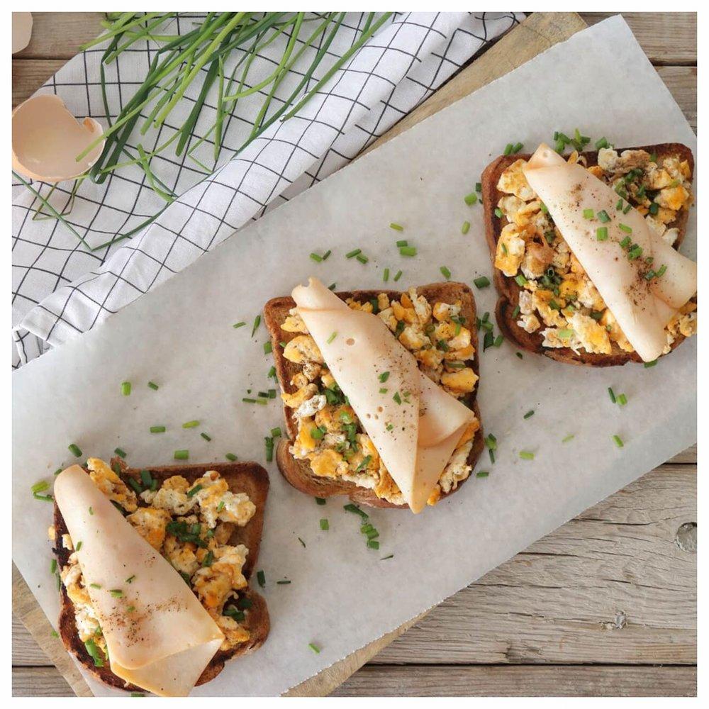 Μπρουσκέτες με scrambled eggs και καπνιστό φιλέτο