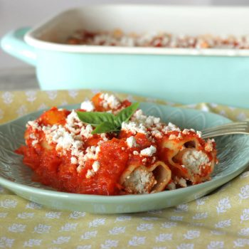 Κανελόνια με ξινομυζήθρα και σάλτσα πιπεριάς