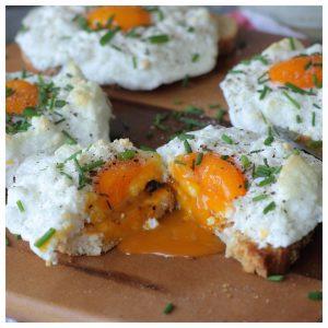 Μπρουσκέτα με μαρέγκα φέτας και αυγό