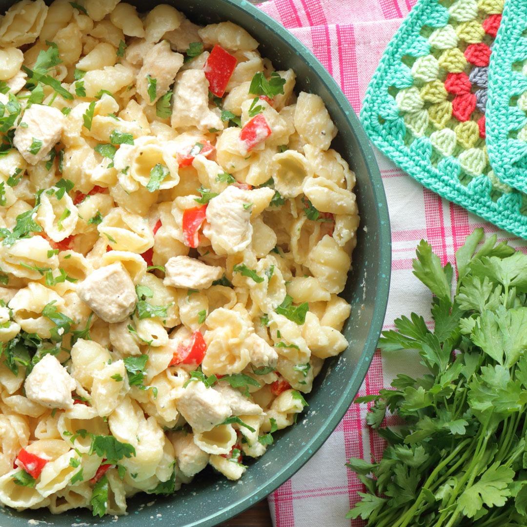 Ζυμαρικά με σάλτσα φέτας & κοτόπουλο