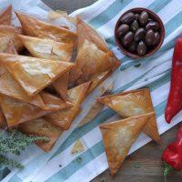 τρίγωνα πιτάκια με φέτα πιπεριά και ελιές