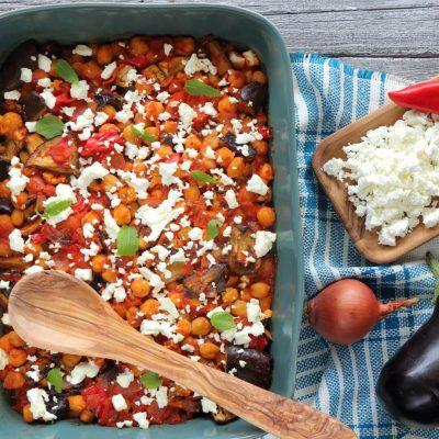 ρεβίθια με μελιτζάνες πιπεριές και φέτα