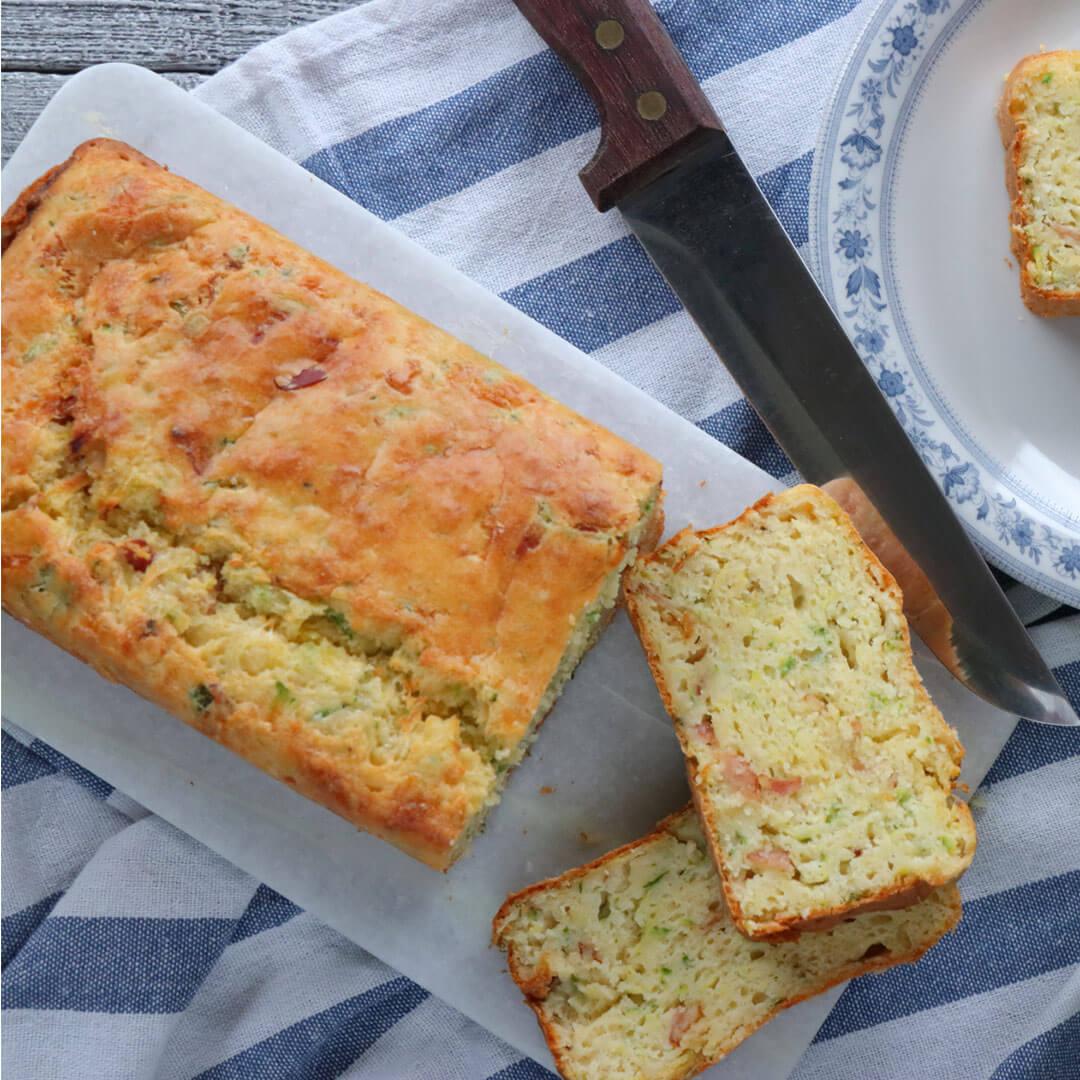 Αλμυρό κέικ με κολοκυθάκια λαχανικά μπέικον και τυριά