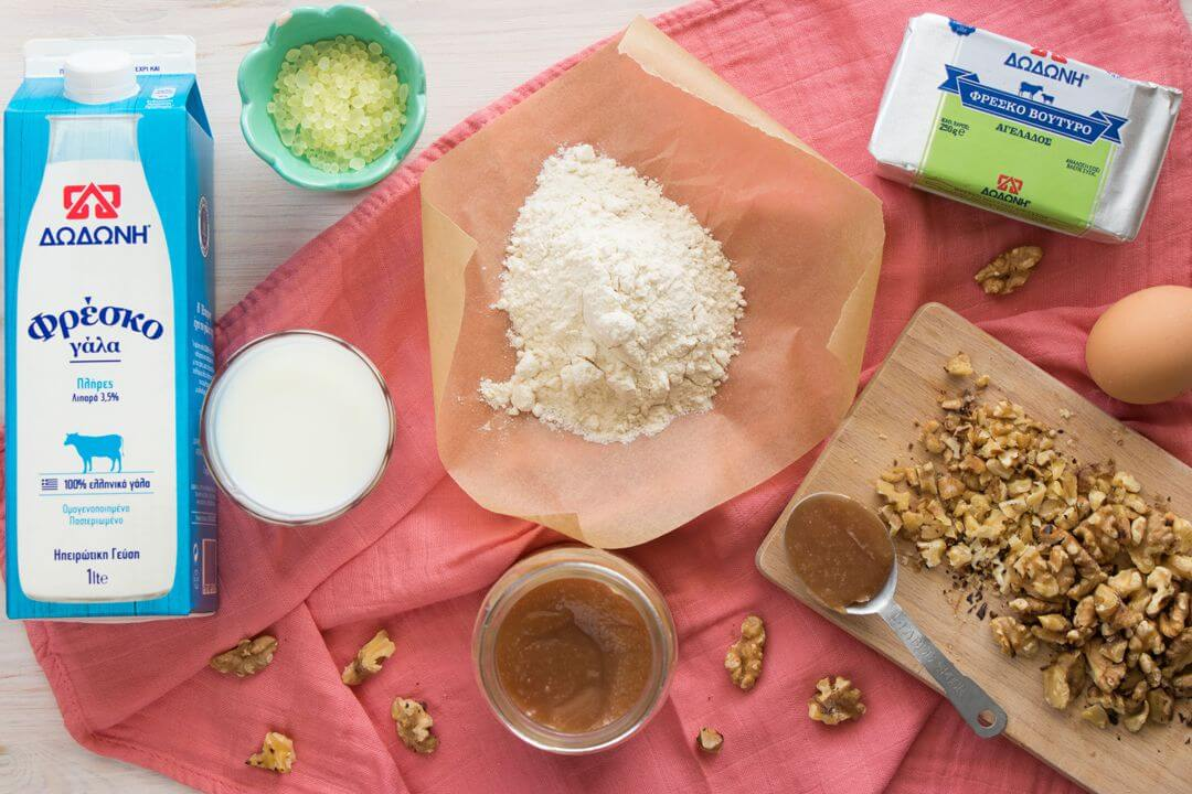 Τσουρέκι με καραμέλα και καρύδια υλικά