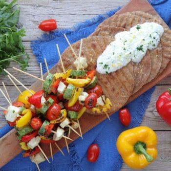 Σουβλάκια λαχανικών με χαλλούμι και πίτες ολικής