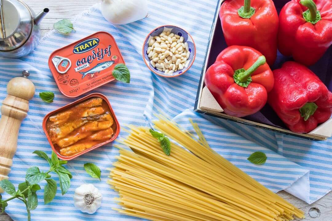 μακαρονάδα με σάλτσα πιπεριάς και σαρδέλες