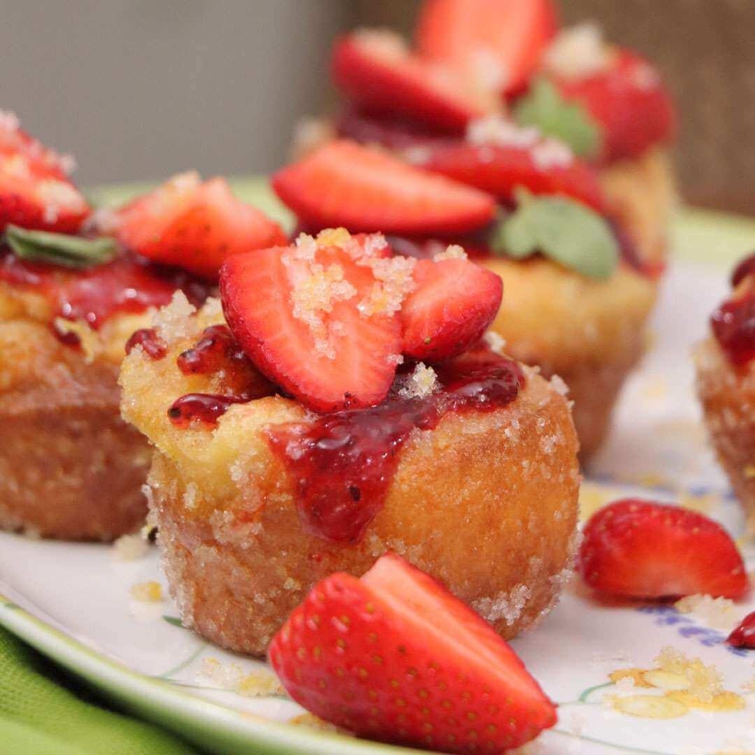 Ατομικά γλυκά με φράουλες pop overs