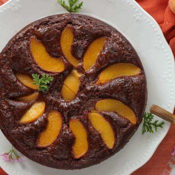 Σοκολατένιο κέικ με ροδάκινα