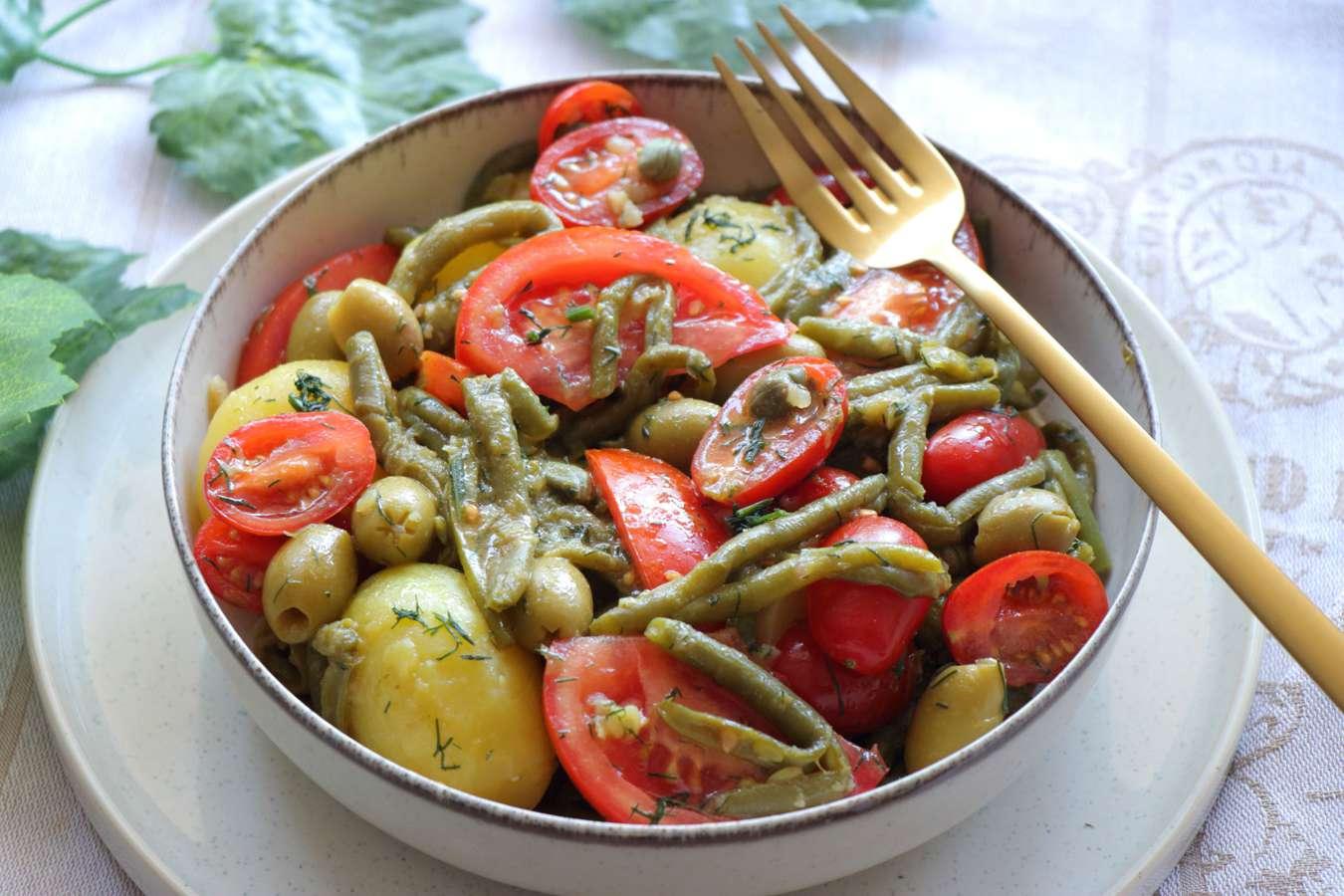 Ζεστή σαλάτα με φασολάκια και πατάτες